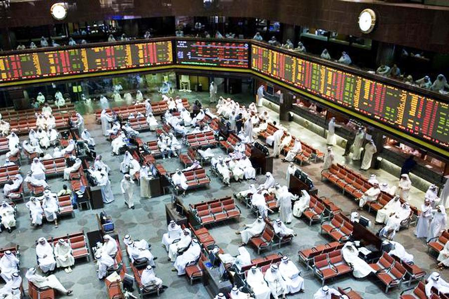 Kuwaiti investors are seen on the trading floor of the Kuwait Stock Exchange October 5, 2008.  Kuwait and Qatar's benchmarks made their biggest one-day decline in almost three weeks on Sunday, taking their cue from a fall in global markets following a $700 billion U.S. plan to lift the ailing financial system. Qatar's benchmark lost 6.98 percent to 8,664 points and Kuwait's measure fell 3.59 percent to 12,379 points. Both make their sharpest single-day drop since September 15. REUTERS/Stephanie McGehee (KUWAIT) - RTX982F